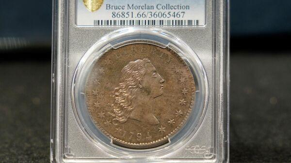 Редкая серебряная монета 1794 года выпуска номиналом в один доллар с изображением Свободы с распущенными волосами