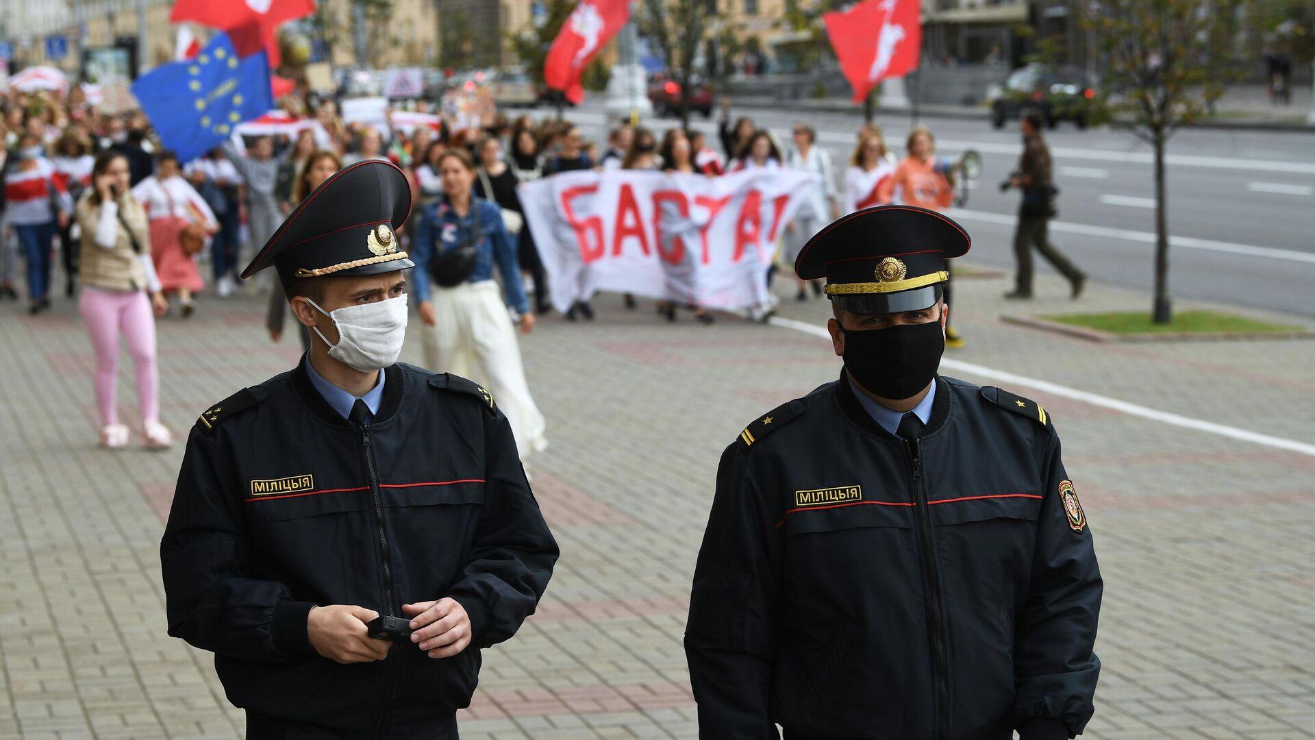 Сотрудники правоохранительных органов во время протестной акции женщин в Минске - РИА Новости, 1920, 06.09.2020