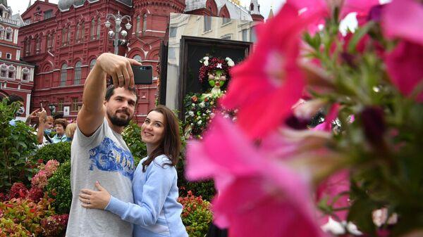 Москвичи на праздничных гуляниях в День города в Москве