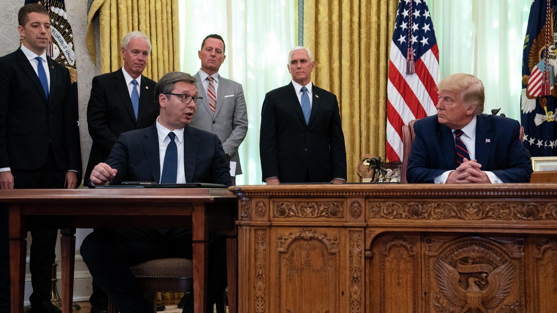 Президент Сербии Александр Вучич и президент США Дональд Трамп во время церемонии подписания соглашения об экономическом сотрудничестве с премьер-министром Косова Авдулахом Хоти - РИА Новости, 1920, 11.09.2020