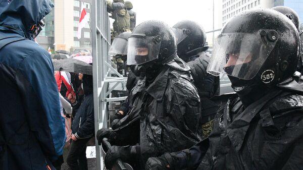 Сотрудники правоохранительных органов во время акции оппозиции в Минске