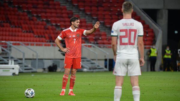 Полузащитник сборной России Магомед Оздоев (слева)