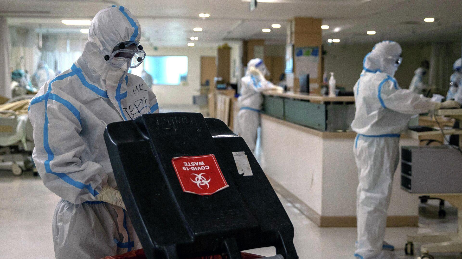 Врачи в защитных костюмах в больнице в Нью-Дели в Индии - РИА Новости, 1920, 20.09.2020