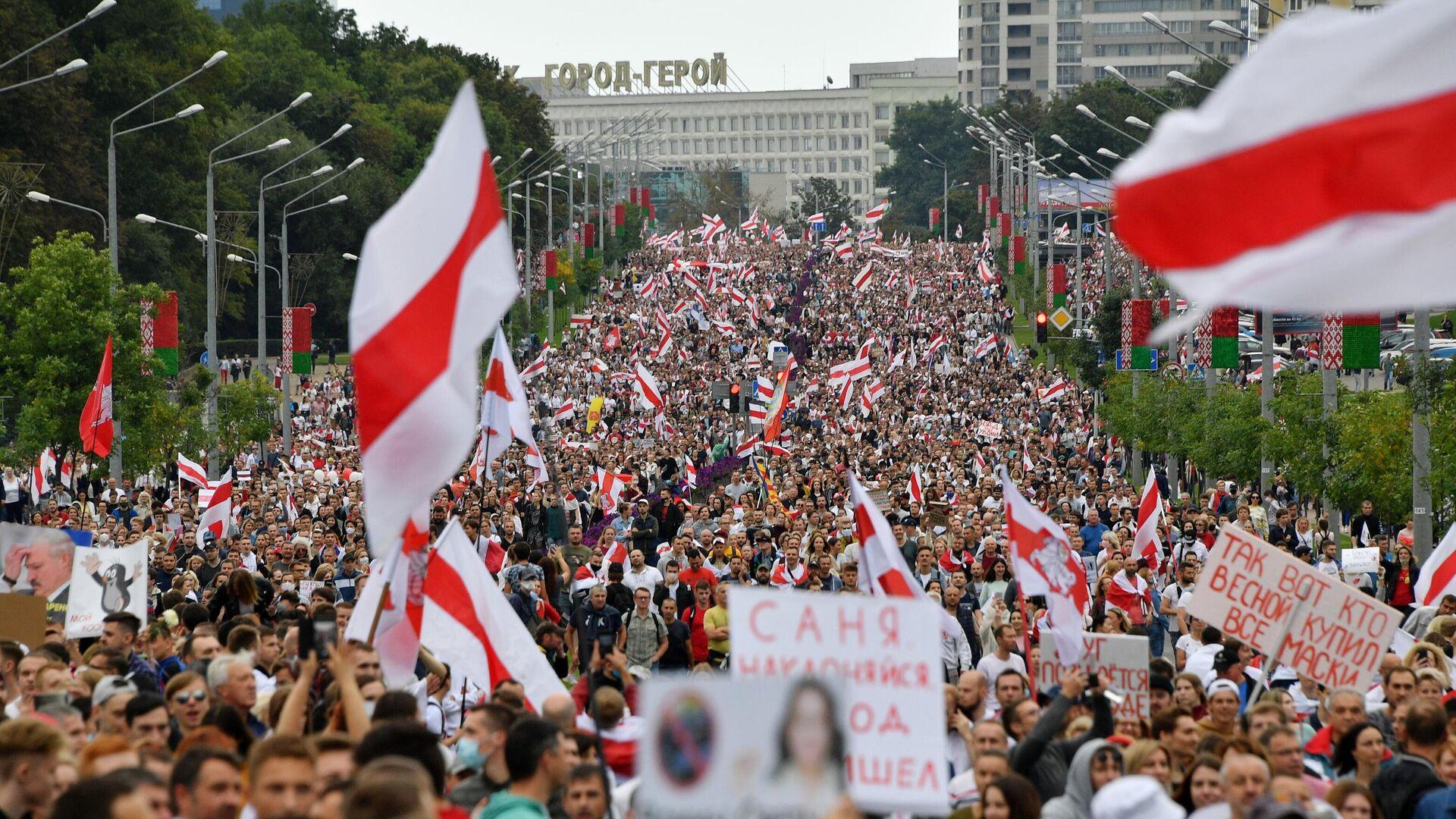 Участники несанкционированной акции оппозиции Марш единства в Минске - РИА Новости, 1920, 18.09.2020