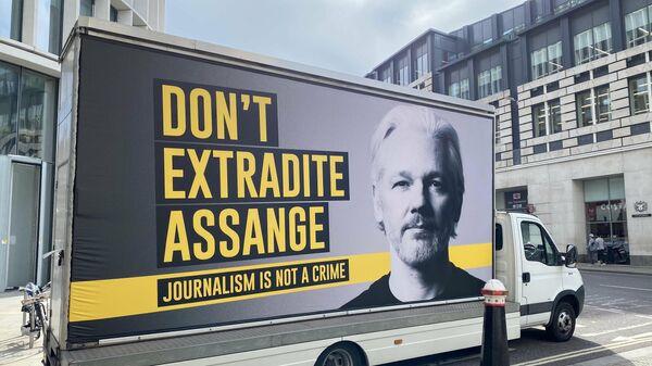 Митинг сторонников Джулиана Ассанжа у здания Центрального уголовного суда Лондона,  7 сентября