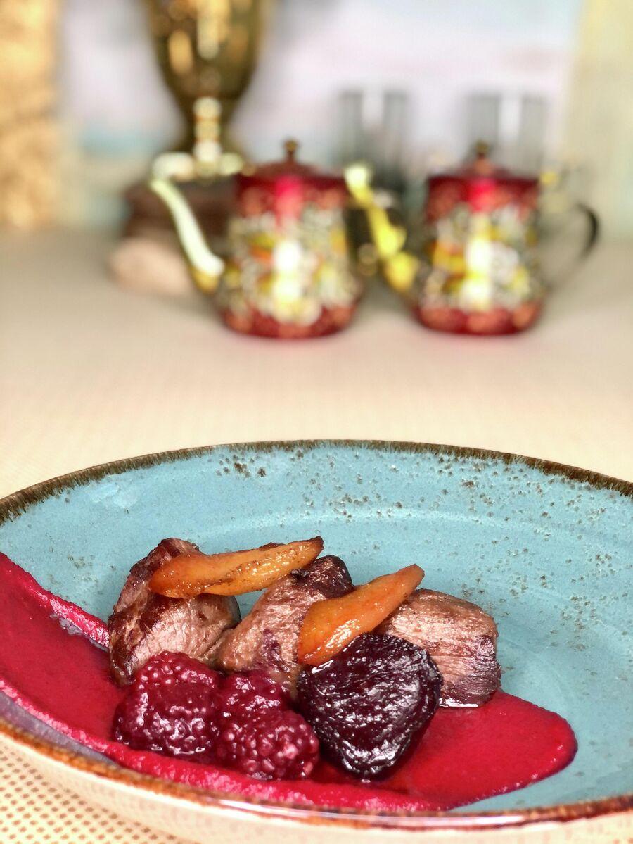 Оленина Дюк с окуренной на ржаной соломе грушей, печеной на березовых углях свеклой и квашеной ягодой ежевика