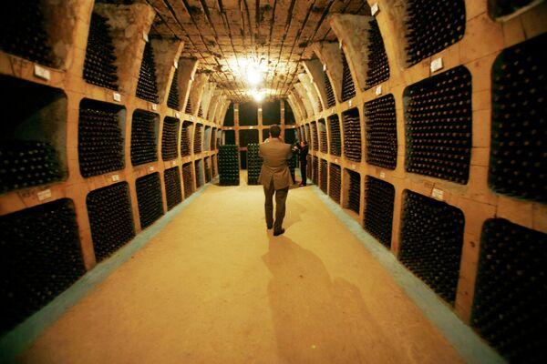 Посетители в винных подвалах Милешти Мичи, Молдова