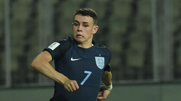 Philip Foden (R) of England dribbles past Chris Gloster of USA during the quarterfinal football match between USA and England in the FIFA U-17 World Cup at the Jawaharlal Nehru Stadium in Goa on October 21, 2017. (Photo by INDRANIL MUKHERJEE / AFP)