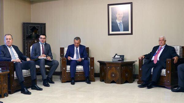 Министр иностранных дел РФ Сергей Лавров (слева), заместитель председателя правительства РФ Юрий Борисов (в центре) и министр иностранных дел Сирии Валид Муаллем (справа) во время встречи в Дамаске