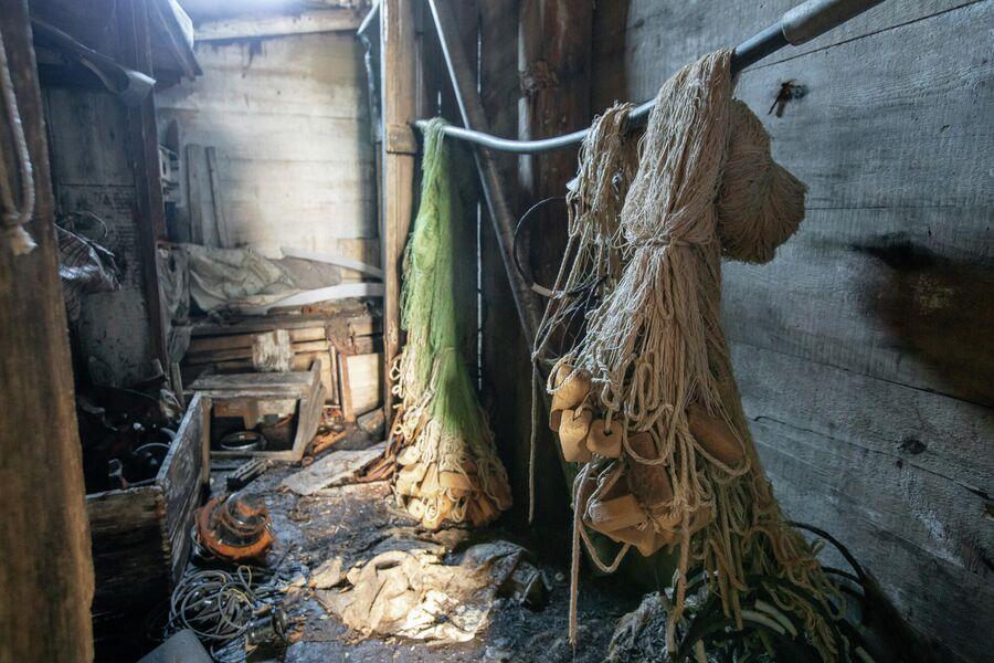 Старые сети в заброшенном поселке на мысе Входной