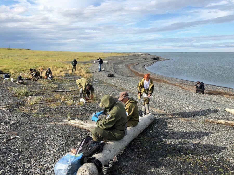 Ученые Больной Норильской Экспедиции отбирают пробы в устье реки Пясина