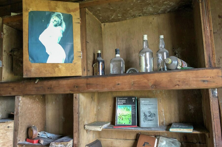 Жилая комната в заброшенном поселке на мысе Входной