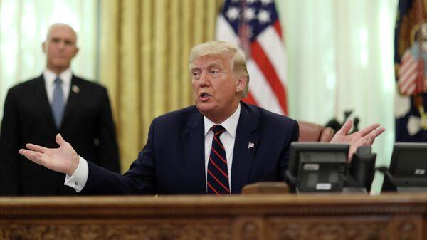 Президент США Дональд Трамп проводит церемонию подписания соглашения с президентом Сербии Александром Вучичем и премьер-министром Косово Авдулахом Хоти в Белом доме в Вашингтоне, США