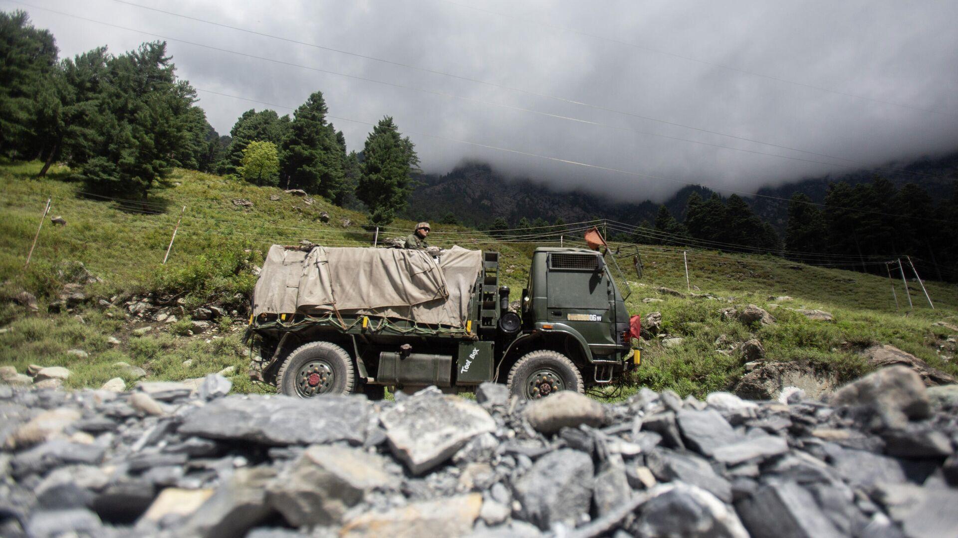 Индийский военный автомобиль на шоссе Сринагар-Ладакх в Гагангее,  Кашмир, контролируемый Индией - РИА Новости, 1920, 20.09.2021