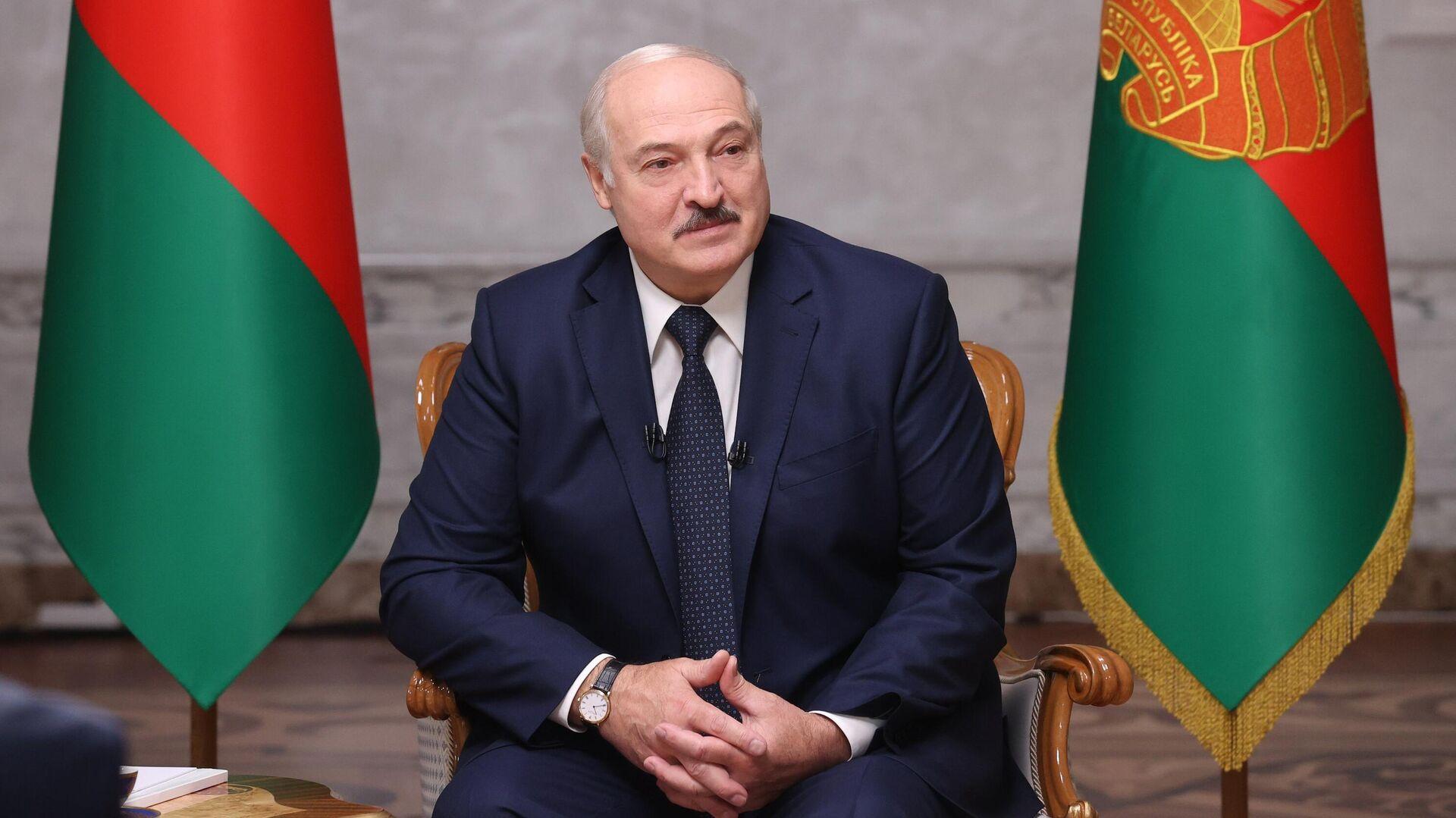Президент Белоруссии Александр Лукашенко во время интервью российским журналистам во Дворце независимости в Минске - РИА Новости, 1920, 23.09.2020