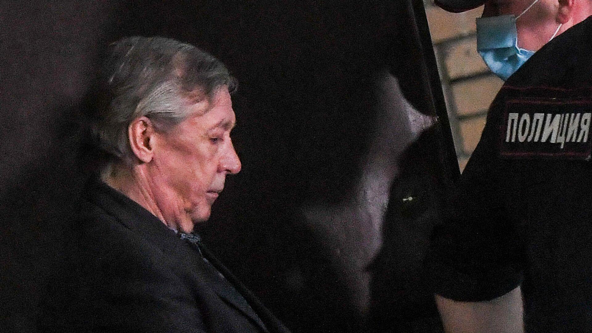 Актера Михаила Ефремова выводят из здания Пресненского суда города Москвы после оглашения приговора - РИА Новости, 1920, 16.09.2020