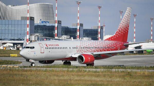Пассажирский авиалайнер авиакомпании Россия в аэропорту Симферополя