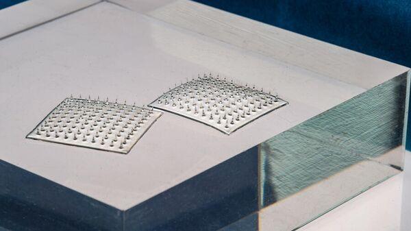 Пищевой датчик-липучка, состоящий из из набора шелковых микроигл
