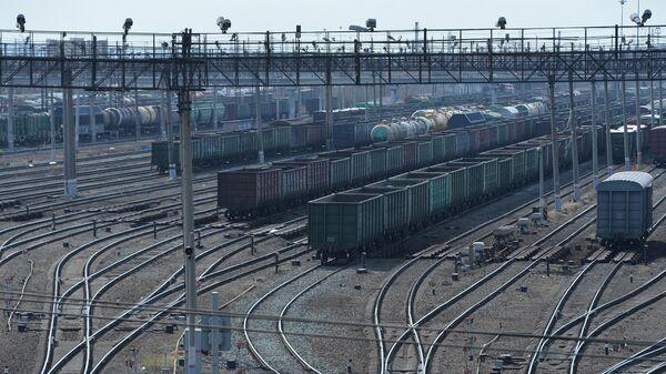 Товарные вагоны на путях сортировочной системы станции Челябинск-Главный