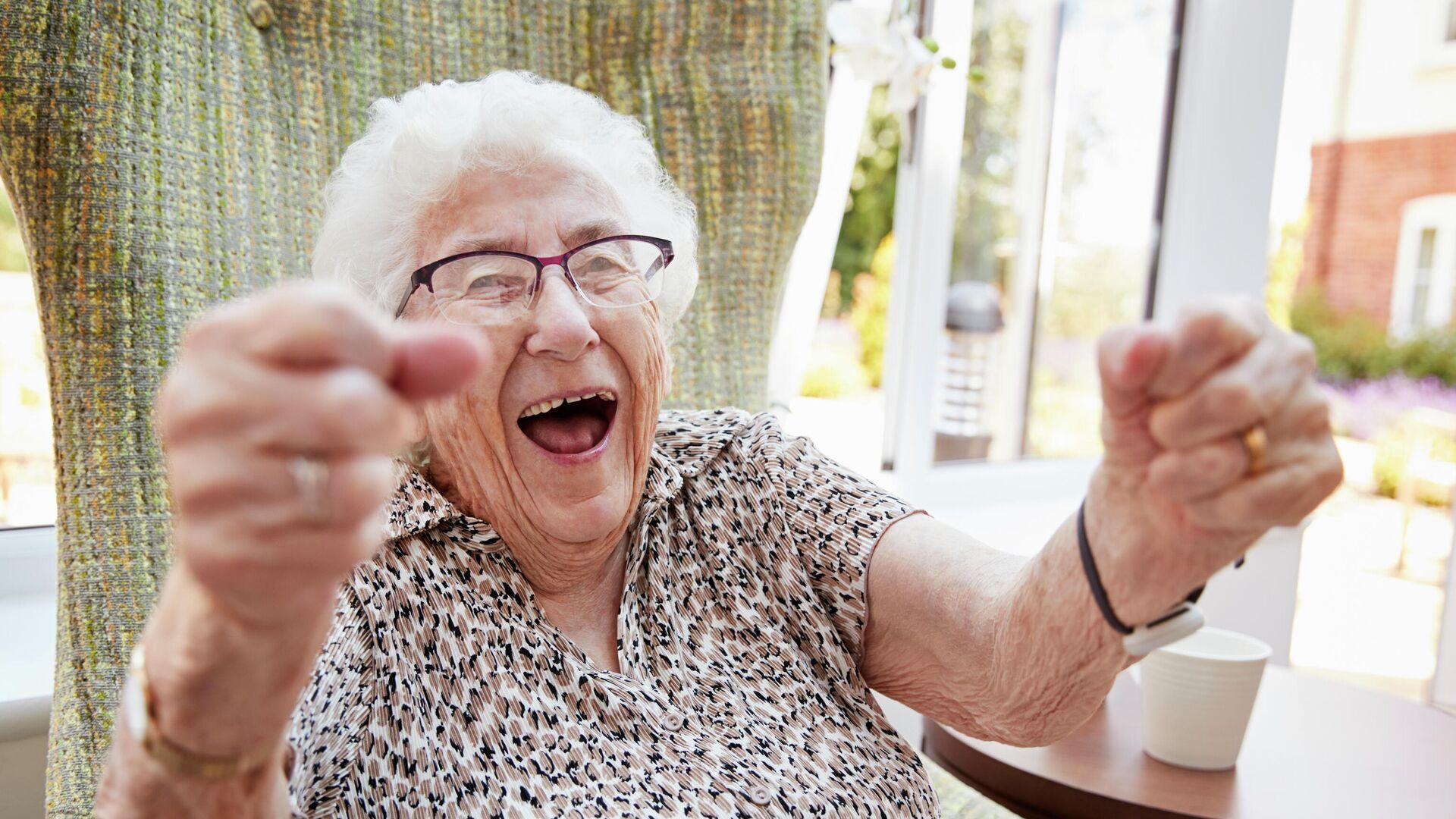 Пожилая женщина радуется  - РИА Новости, 1920, 18.02.2021