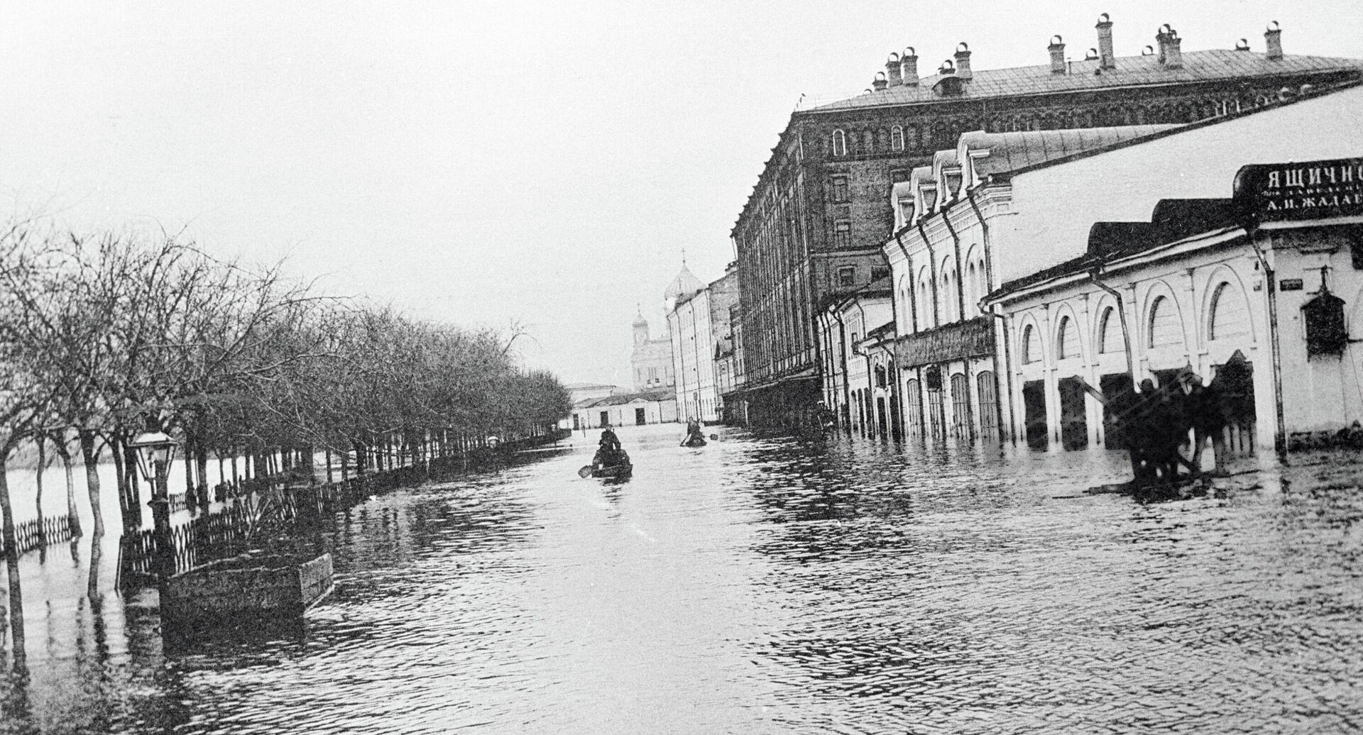 Бульвар в Москве затоплен водой. Наводнение 1908 года. - РИА Новости, 1920, 11.09.2020