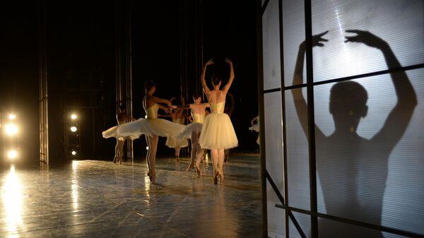 Артисты балета во время генеральной репетиции