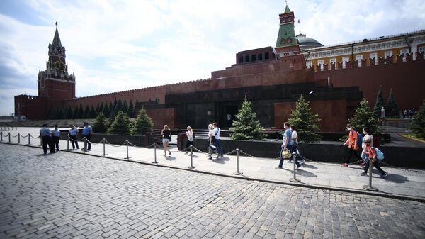 Прохожие возле Мавзолея В. И. Ленина на Красной площади в Москве