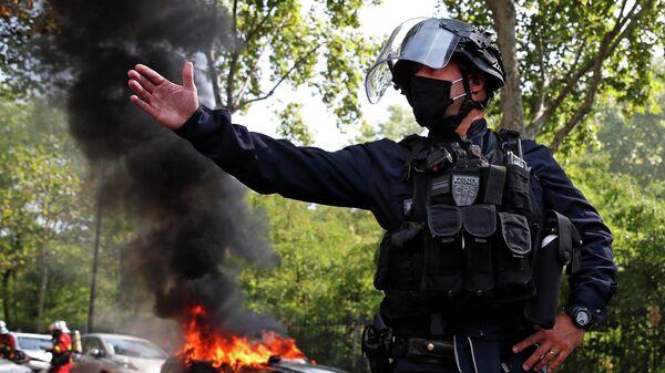 Сотрудник полиции во время демонстрации движения желтых жилетов в Париже