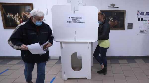 Избиратели голосуют в единый день голосования на избирательном участке №524 в Москве