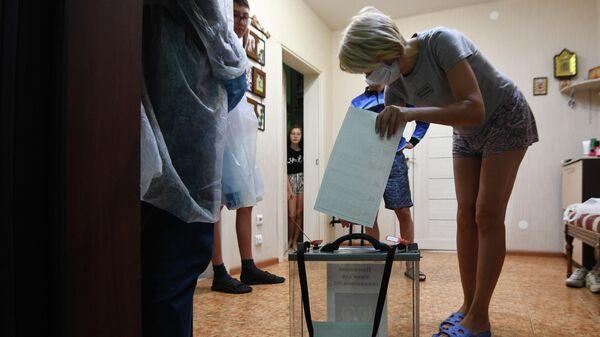 Члены участковой избирательной комиссии в Иркутске во время проведения надомного голосования на выборах губернатора Иркутской области