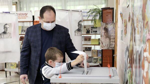 Врио губернатора Еврейской автономной области Ростислав Гольдштейн на избирательном участке