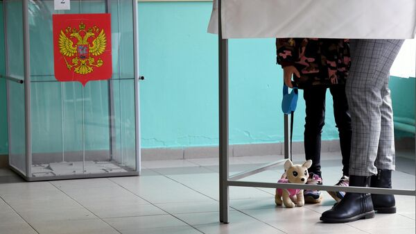 Избиратель голосует на выборах губернатора Смоленской области на избирательном участке №552 в Смоленске
