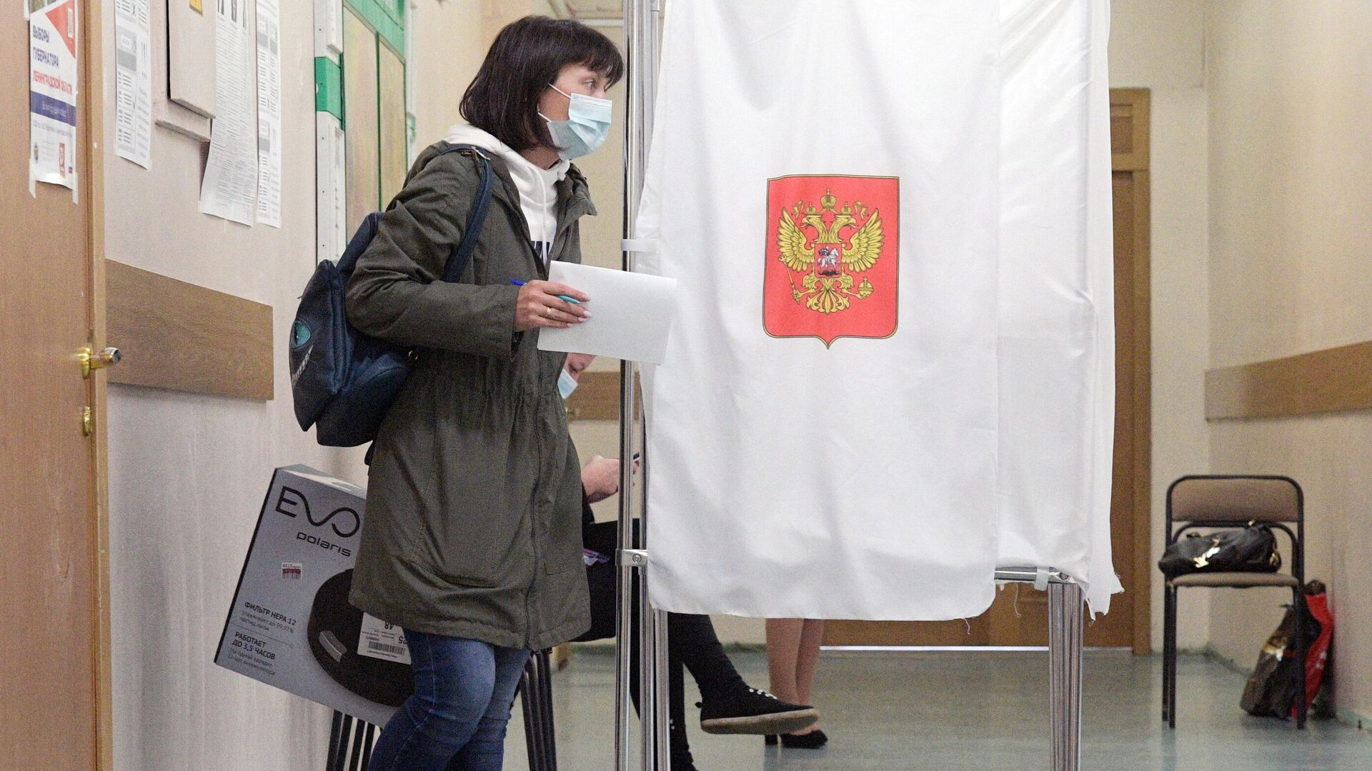 Девушка голосует на избирательном участке - РИА Новости, 1920, 14.09.2020