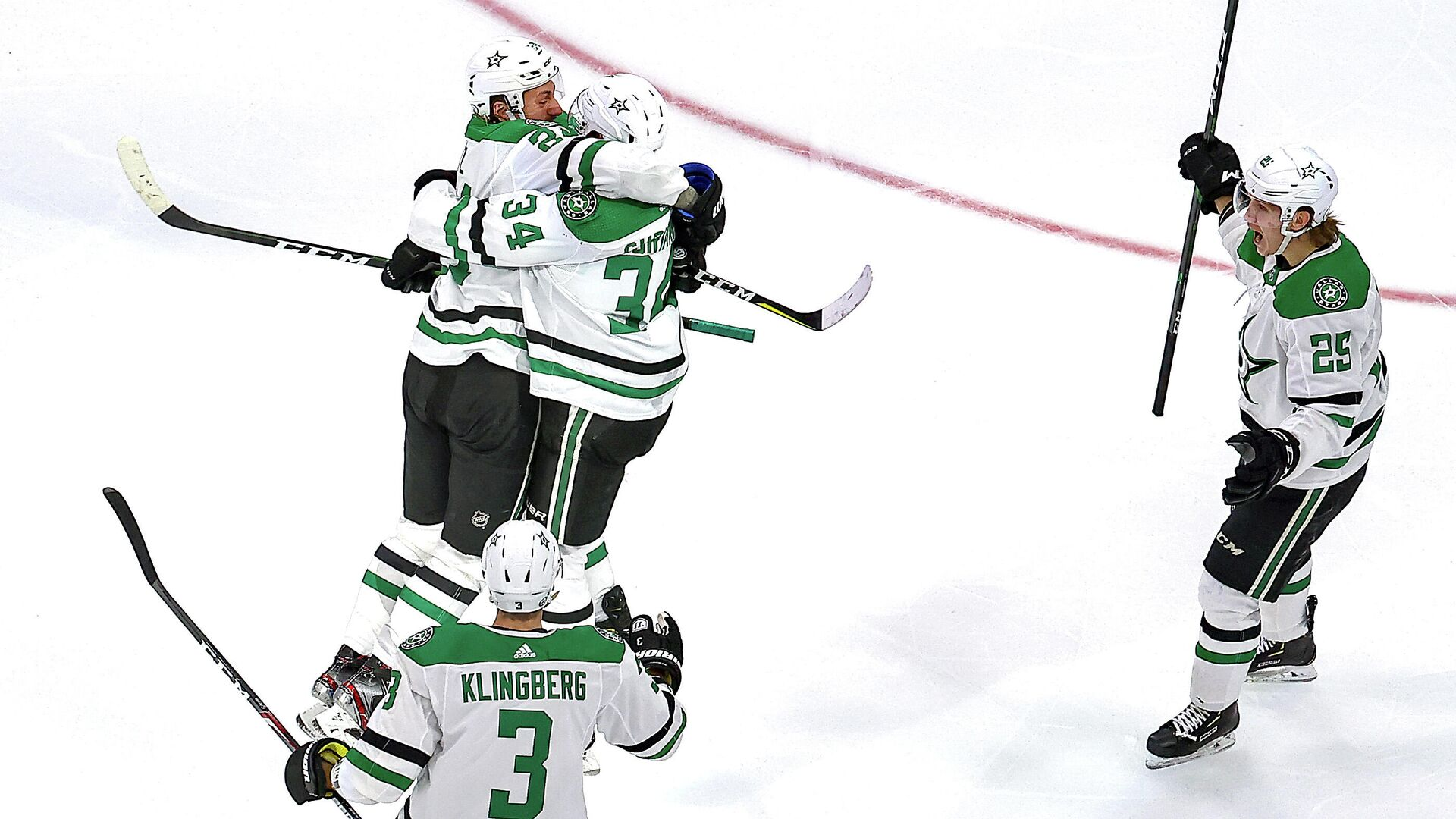 EDMONTON, ALBERTA - SEPTEMBER 14: Denis Gurianov #34 of the Dallas Stars is congratulated by his teammates after scoring the game-winning goal against the Vegas Golden Knights during the first overtime period to win Game Five of the Western Conference Final during the 2020 NHL Stanley Cup Playoffs at Rogers Place on September 14, 2020 in Edmonton, Alberta, Canada.   Bruce Bennett/Getty Images/AFP - РИА Новости, 1920, 15.09.2020