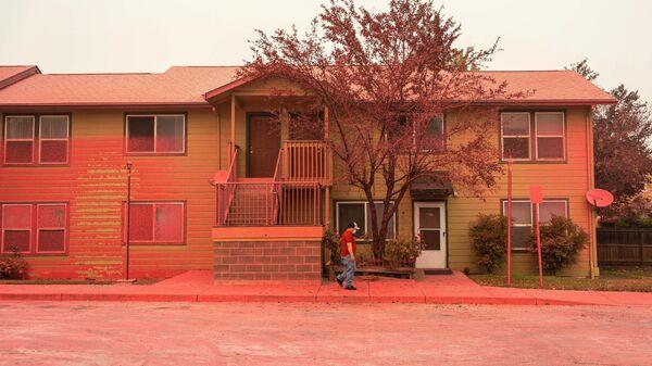 Красное огнезащитное покрытие на доме после пожара в Альмеде в штате Орегон, США