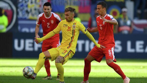 Футболист сборной Румынии Денис Дрэгуш (по центру)