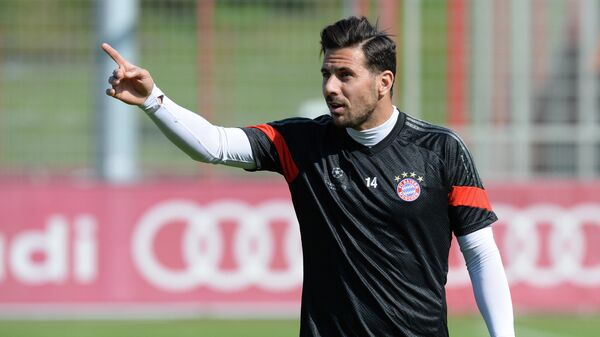 Bayern Munich's Peruvian striker Claudio Pizarro gestures during a training session at the Bayern Munich training ground in Munich, southern Germany on April 20, 2015, a day ahead of the UEFA Champions League quarter-final second leg football match against FC Porto on April 21. AFP PHOTO / CHRISTOF STACHE (Photo by CHRISTOF STACHE / AFP)