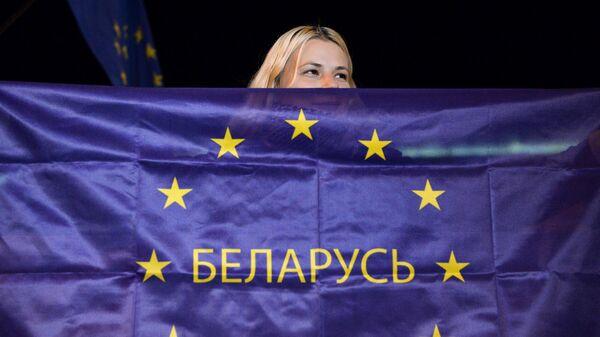 Девушка с флагом ЕС и надписью Беларусь в Минске