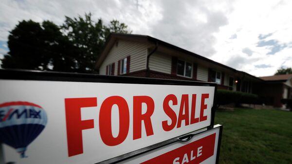 Табличка с объявлением о продаже дома в пригороде Денвера, штат Колорадо, США