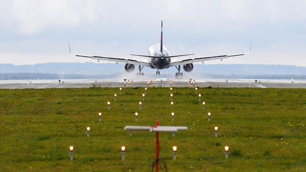 Самолет совершает посадку в Международном аэропорту Казани имени Габдуллы Тукая