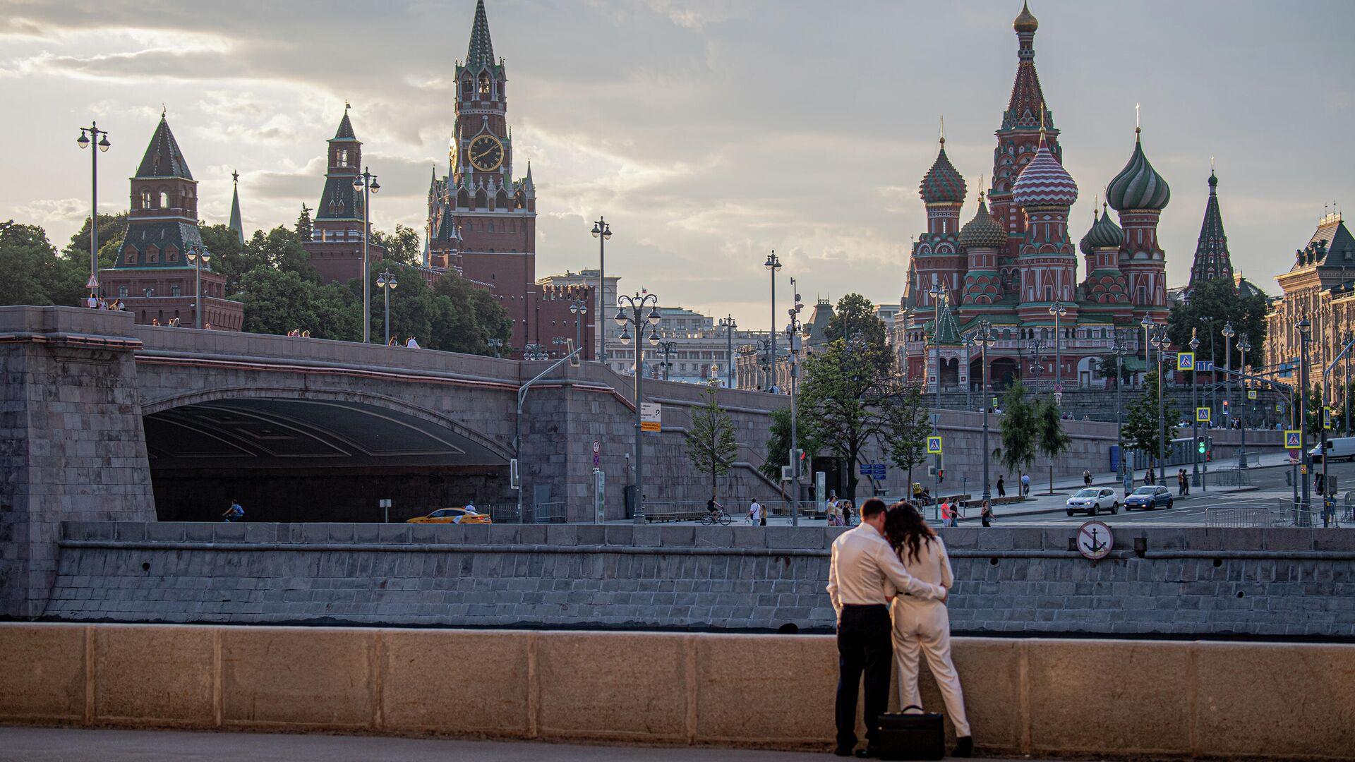 Люди гуляют в центре Москвы - РИА Новости, 1920, 16.09.2020