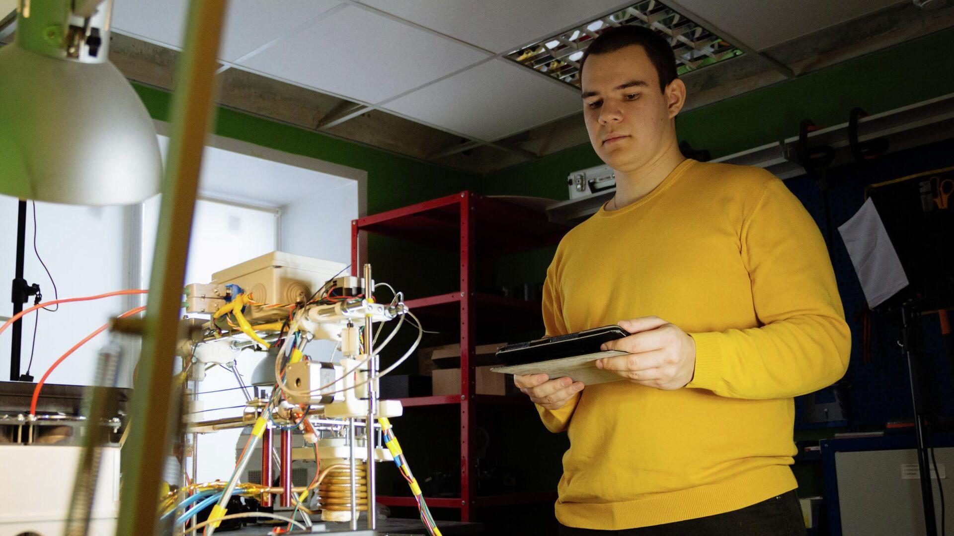 Магистрант Самарского университета имени Королёва Сергей Репин разработал технологию, которая позволит создавать эффективные и дешевые в использовании 3D-принтеры, печатающие металлом - РИА Новости, 1920, 17.09.2020