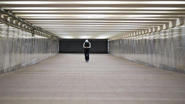 Прохожий в подземном переходе в центре Москвы