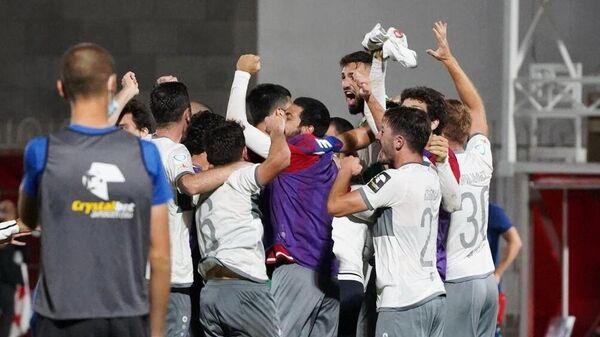 Игроки тбилисского Локомотива радуются победе