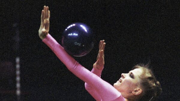Гимнастка Оксана Костина выполняет упражнение с мячом на Международном турнире по художественной гимнастике.