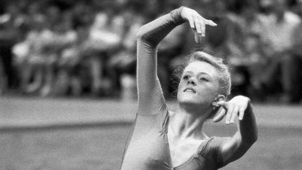 Гимнастка Оксана Костина выполняет упражнение.
