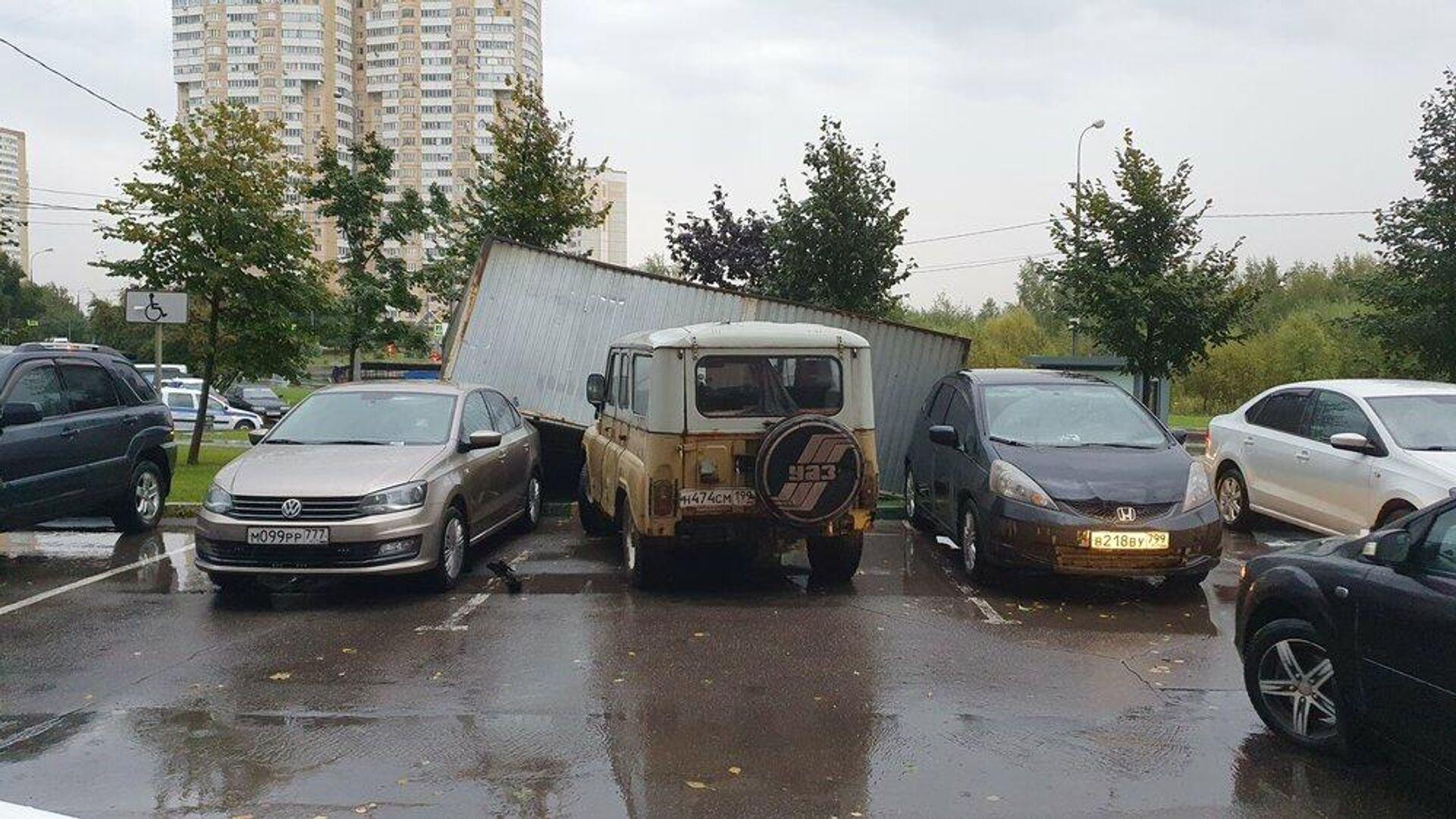 Сорванный ветром с места гараж-ракушка в Москве. 17 сентября 2020 - РИА Новости, 1920, 01.02.2021