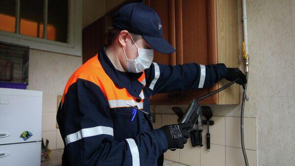 Сотрудник Мосгаза выполняет внеплановый осмотр газового оборудования в домах