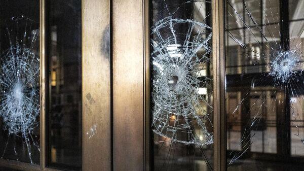 Разбитая стеклянная дверь во время акции протеста у здания суда в Портленде