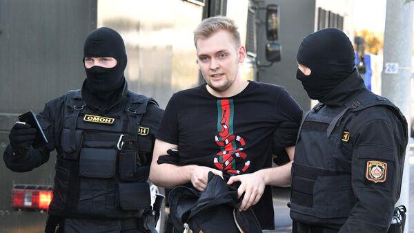 Сотрудники правоохранительных органов задерживают участника акции протеста Марш справедливости в Минске
